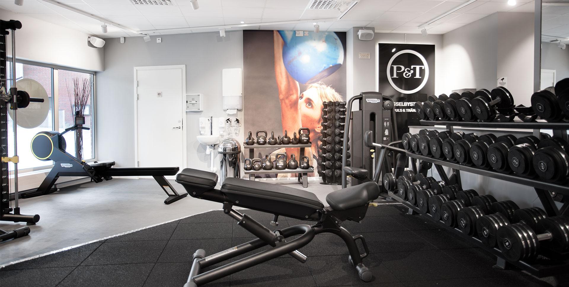 Puls & Träning Hässelby strand gym med stort utbud av fria vikter samt maskiner för kondition och styrka